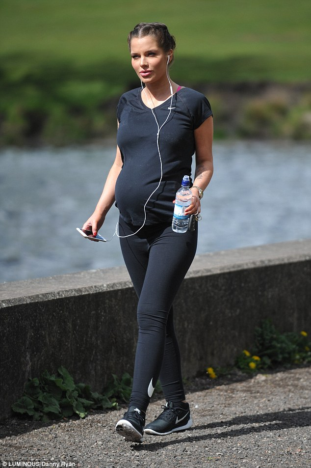 28DA9DE500000578-3087870-Glamorous_Pregnant_Helen_Flanagan_was_seen_taking_a_fast_paced_s-a-30_1432043426795