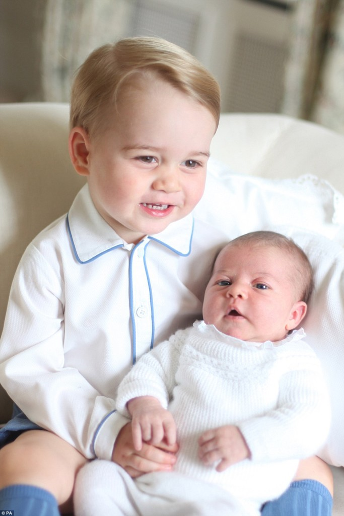 29679E5100000578-3113786-Close_bond_Little_Prince_George_looks_thrilled_to_be_left_in_cha-a-2_1433629316669