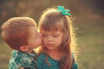 mood-kids-girl-boy-kiss-wallpaper-2560x1600