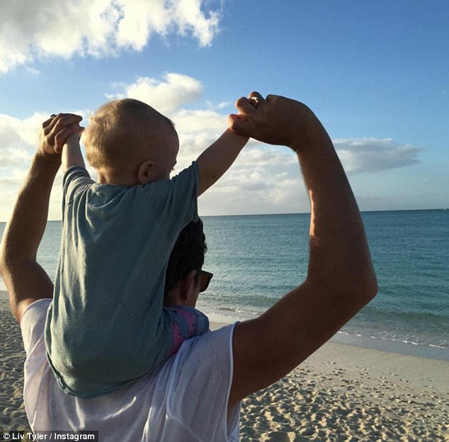 2FD1399500000578-3385736-Daddy_s_boy_Sailor_sits_on_his_father_Dave_Gardner_s_shoulders_a-m-16_1452018001765