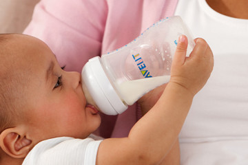 philips-avent-bottle-feeding-baby